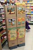 Полки refrigerated супермаркетом Стоковая Фотография
