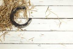 Подкова и сено на деревенской предпосылке Стоковое Фото