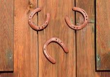 3 подковы на двери амбара, удачливые подковы Стоковые Фотографии RF