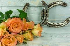 2 подковы с букетом роз Стоковые Изображения