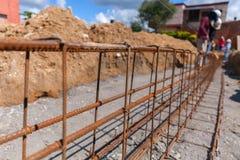 Подкрепление бетонной работы Используя стальной провод для обеспечивать бары с штангой или цементом фокус для того чтобы запасти  Стоковое Фото