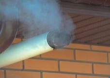 Под крышей печная труба с дымом Стоковые Фото