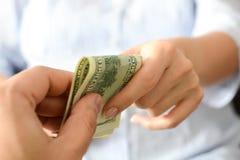 Подкупать кто-то для того чтобы предложить коррумпированную систему Стоковое Изображение