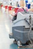 Пол мастерской фабрики чистки работника женщины Стоковое фото RF