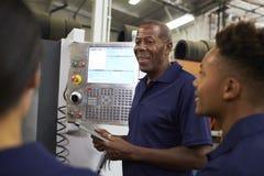 Подмастерья тренировки инженера на машине CNC Стоковое Изображение