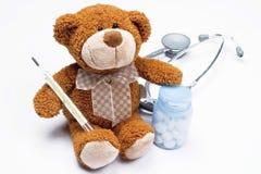 по мере того как игрушечный доктора медведя Стоковая Фотография