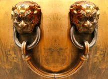 по мере того как львев владением головок ручки города фарфора случая Пекин бронзовым запрещенный пожаром к используемой воде vats стоковая фотография