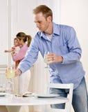 по мере того как отец дочи младенца держит таблицу установки мати Стоковое Изображение RF