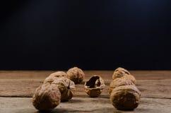 по мере того как предпосылка может навалить используемые грецкие орехи Стоковые Фотографии RF