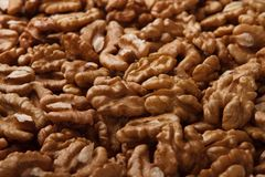 по мере того как предпосылка может навалить используемые грецкие орехи стоковые фото