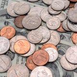 по мере того как предпосылка чеканит различный s просто u S доллары, монетки и банкноты Соединенных Штатов Стоковые Фото