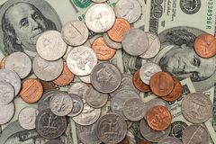 по мере того как предпосылка чеканит различный s просто u S доллары, монетки и банкноты Соединенных Штатов Стоковая Фотография