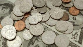 по мере того как предпосылка чеканит различный s просто u S доллары, монетки и банкноты Соединенных Штатов Америки вращают в круг видеоматериал