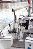 по мере того как предпосылка голуба шлюпки шлюпки могут разбить темные флаги etc плавая ветрил sailing парусника логотипа изображ Стоковое Изображение RF