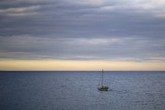 по мере того как предпосылка голуба шлюпки шлюпки могут разбить темные флаги etc плавая ветрил sailing парусника логотипа изображ Стоковые Изображения