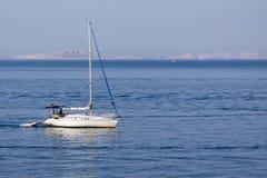 по мере того как предпосылка голуба шлюпки шлюпки могут разбить темные флаги etc плавая ветрил sailing парусника логотипа изображ Стоковые Фотографии RF