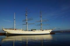 по мере того как предпосылка голуба шлюпки шлюпки могут разбить темные флаги etc плавая ветрил sailing парусника логотипа изображ Стоковые Фото