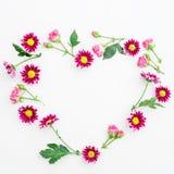 по мере того как предпосылка может valentines используемые открыткой Символ сердца цветков на белой предпосылке Плоское положение Стоковая Фотография