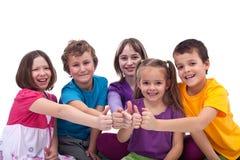 по мере того как счастливо малыши объениняются в команду работа Стоковые Изображения