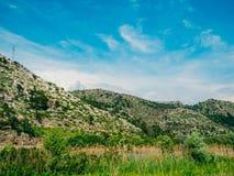 по мере того как туман настольного компьютера предпосылки вниз падая идет гора montenegro komovi славная грейте на солнце Туман п Стоковое фото RF