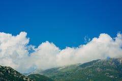 по мере того как туман настольного компьютера предпосылки вниз падая идет гора montenegro komovi славная грейте на солнце Туман п Стоковая Фотография RF
