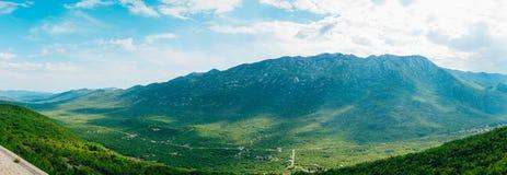 по мере того как туман настольного компьютера предпосылки вниз падая идет гора montenegro komovi славная грейте на солнце Туман п Стоковые Изображения