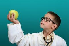 по мере того как доктор мальчика одетьл вверх Стоковые Изображения RF