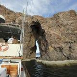 По мере того как Hattie Анни подготавливает продеть нитку иглу в заливе San Carlos, Стоковые Фотографии RF