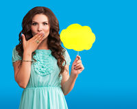 Подмигивать девушке на голубой предпосылке Девушка искусства шипучки Приглашение партии вектор иллюстрации приветствию поздравите Стоковые Изображения