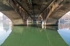 Под мостом с рекой Стоковые Изображения
