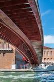 Под мостом Costituzione в Венеции; Италия Стоковые Фото