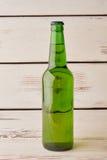 Полная бутылка пива, старой предпосылки Стоковое Изображение RF