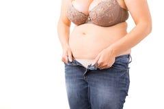 Полная женщина может конец ` t ее джинсы Стоковые Фотографии RF