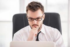 Полная концентрация на работе. стоковые изображения