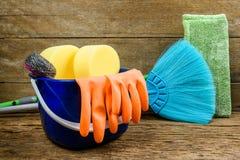 Полная коробка поставек чистки, mop, веника и перчаток на деревянном b Стоковые Фото
