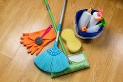 Полная коробка поставек чистки, mop, веника и перчаток на деревянном b Стоковые Фотографии RF