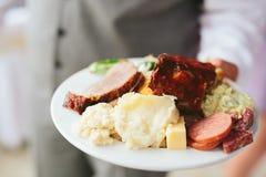 Полная плита обедающего на приеме по случаю бракосочетания Стоковое Изображение RF