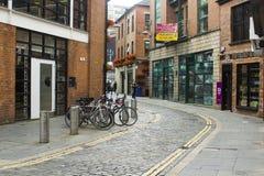 Полная стойка цикла в переулке в квартале собора ` s Белфаста популярном в Северной Ирландии Стоковое Изображение