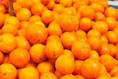 Полная съемка рамки оранжевого плодоовощ в стойле рынка Стоковое Изображение RF