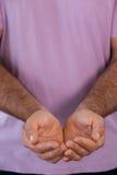 Полная съемка рамки человека при приданные форму чашки руки Стоковые Фото
