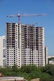 Поднимать кран башни в строительном процессе конструкции Стоковая Фотография RF