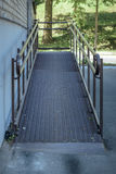 поднимать для кресло-коляск и выведенный из строя на входе к зданию Стоковое фото RF