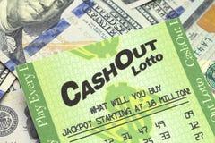 Поднимающее вверх билета и наличных денег лотереи близкое Стоковые Изображения