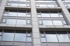 поднимающее вверх зодчества близкое самомоднейшее Windows, стеклянный фасад  Стоковое фото RF