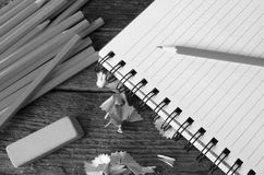 Поднимающее вверх карандаша и тетради близкое Стоковые Изображения