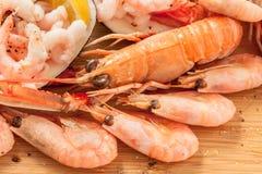 Поднимающее вверх креветки и лангуста блюда морепродуктов близкое Стоковые Изображения
