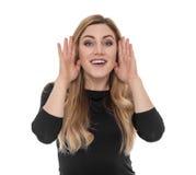 Поднимающее вверх сплетни молодой белокурой женщины слушая близкое Стоковые Фотографии RF