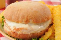 Поднимающее вверх сэндвича с курицей близкое Стоковая Фотография