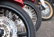 Поднимающее вверх тормоза и колеса мотоцикла близкое Стоковое Изображение RF