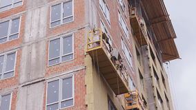 Поднимаясь вашгерд приостанавливанный зданием конструкции платформы HD видеоматериал